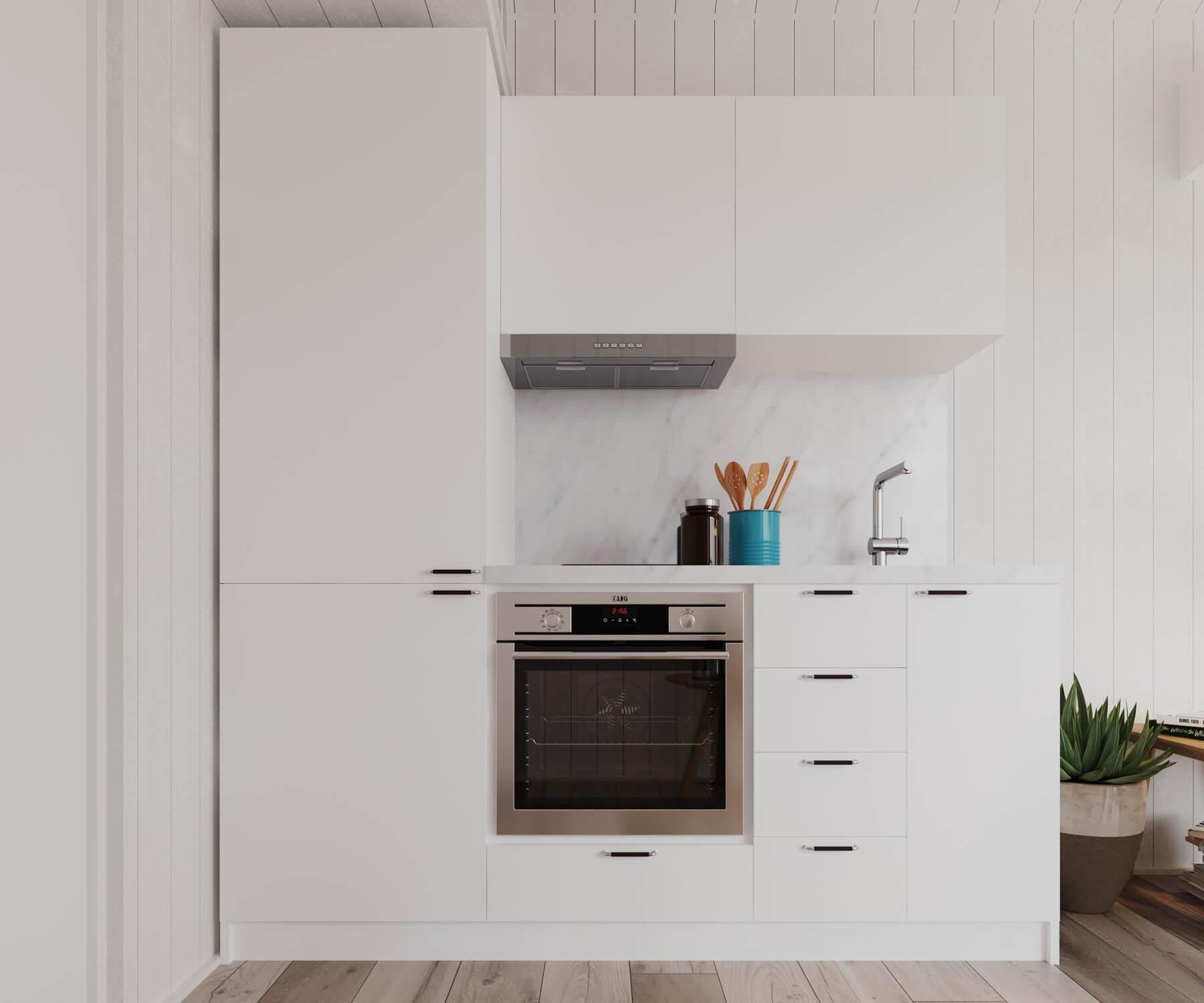 Kök med vita köksluckor, ugn och blandare i attefallshus med klassiskt sadeltak