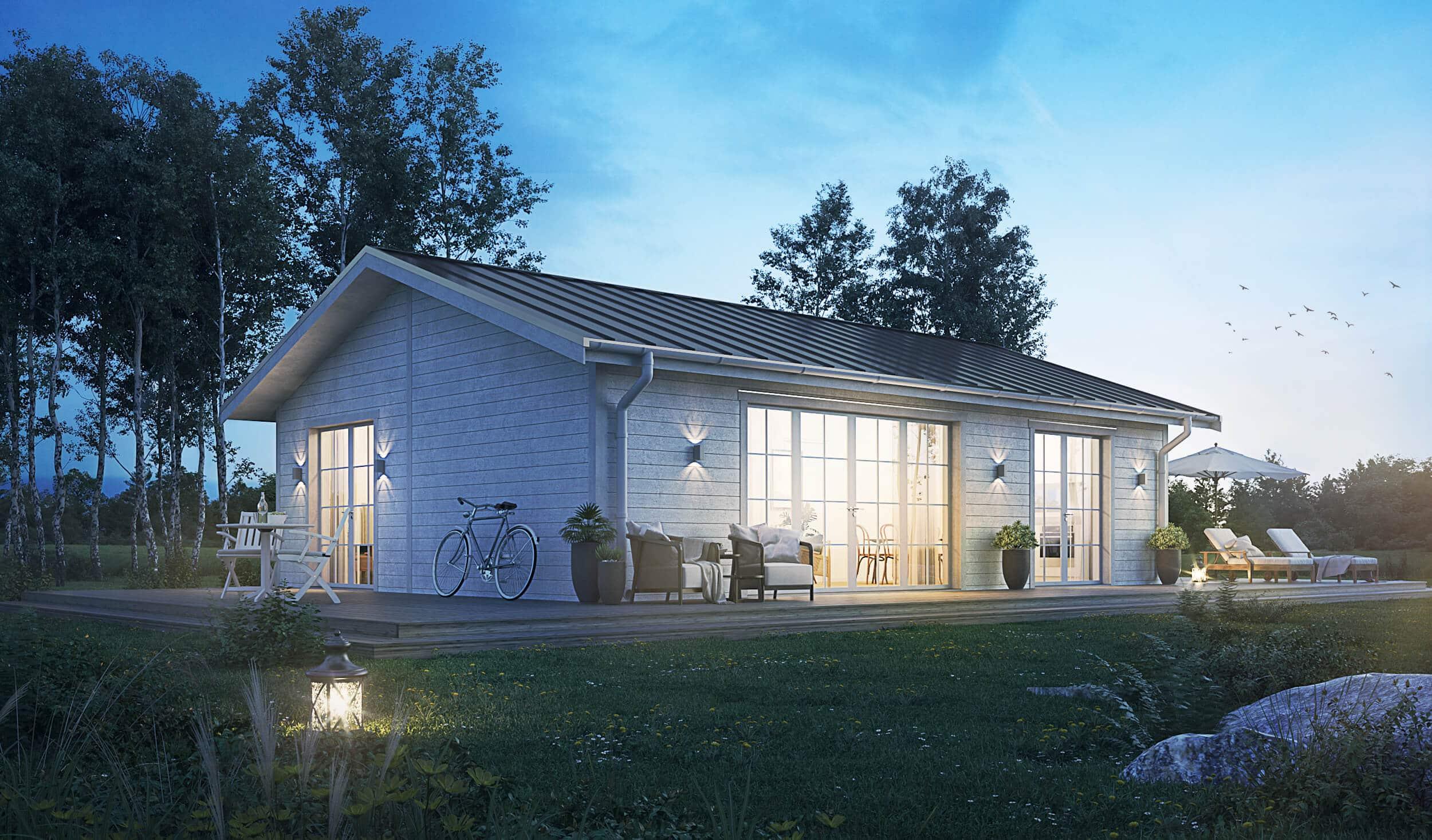 Fritidshus på 70 kvm med vit fasad och klassiskt sadeltak. kväll