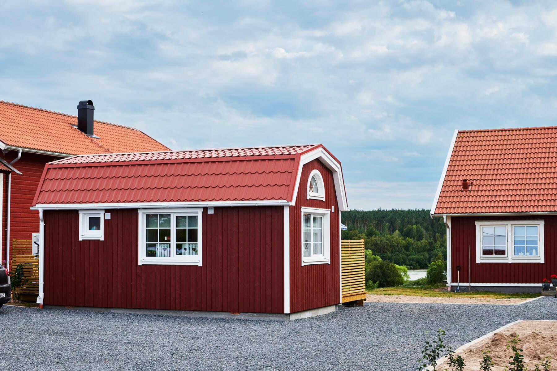 Attefallshus i matchande färger med mansardtak