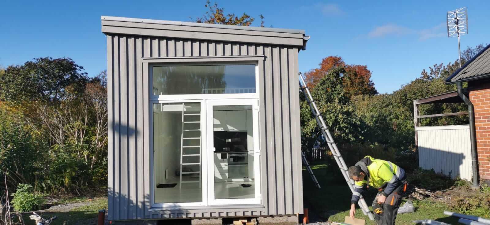Attefallshus med grå lockpanel