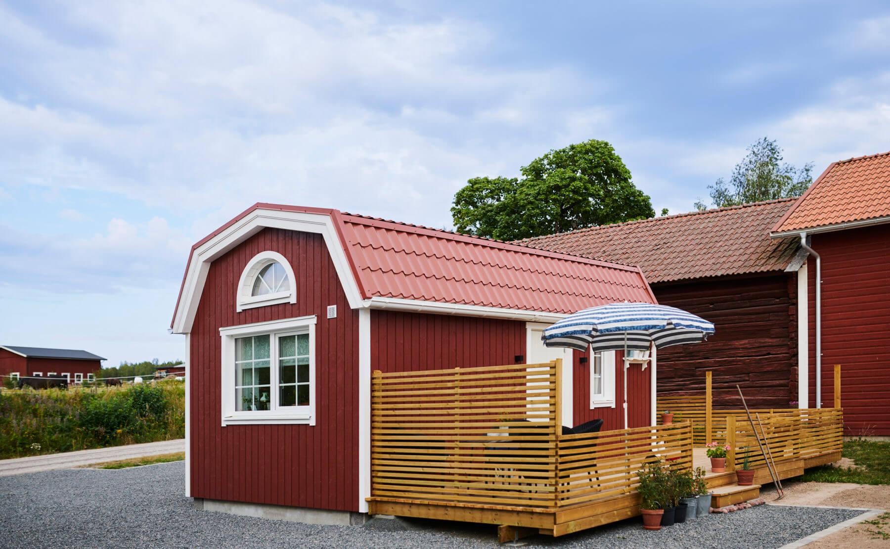 Attefallshus med mansardtak och veranda