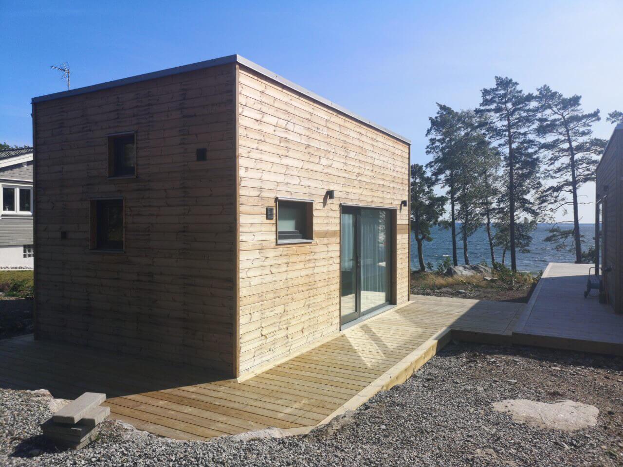 Attefallshus med utsikt och terass