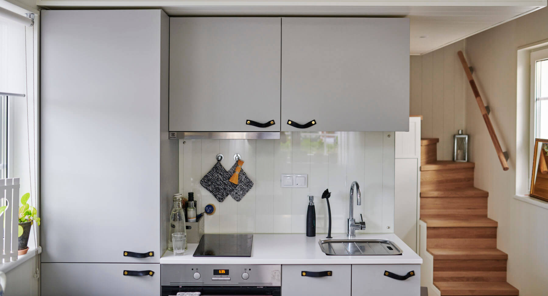 Kök med svarta läderhandtag Attefallshus