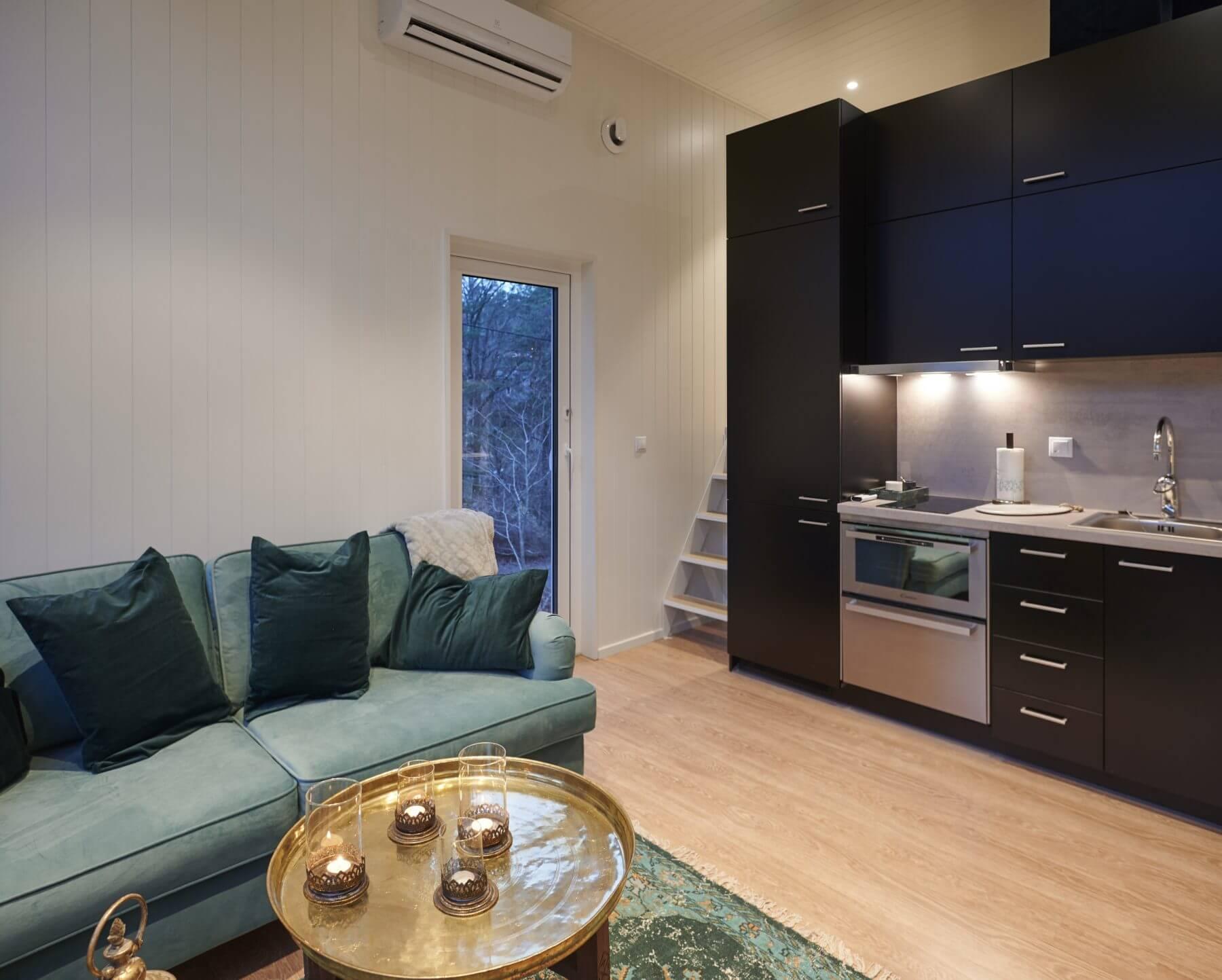 Möblerat vardagsrum och kök Attefallshus