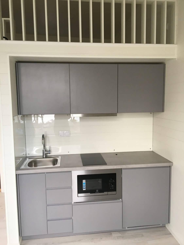 Stilrent kök i grått Attefallshus