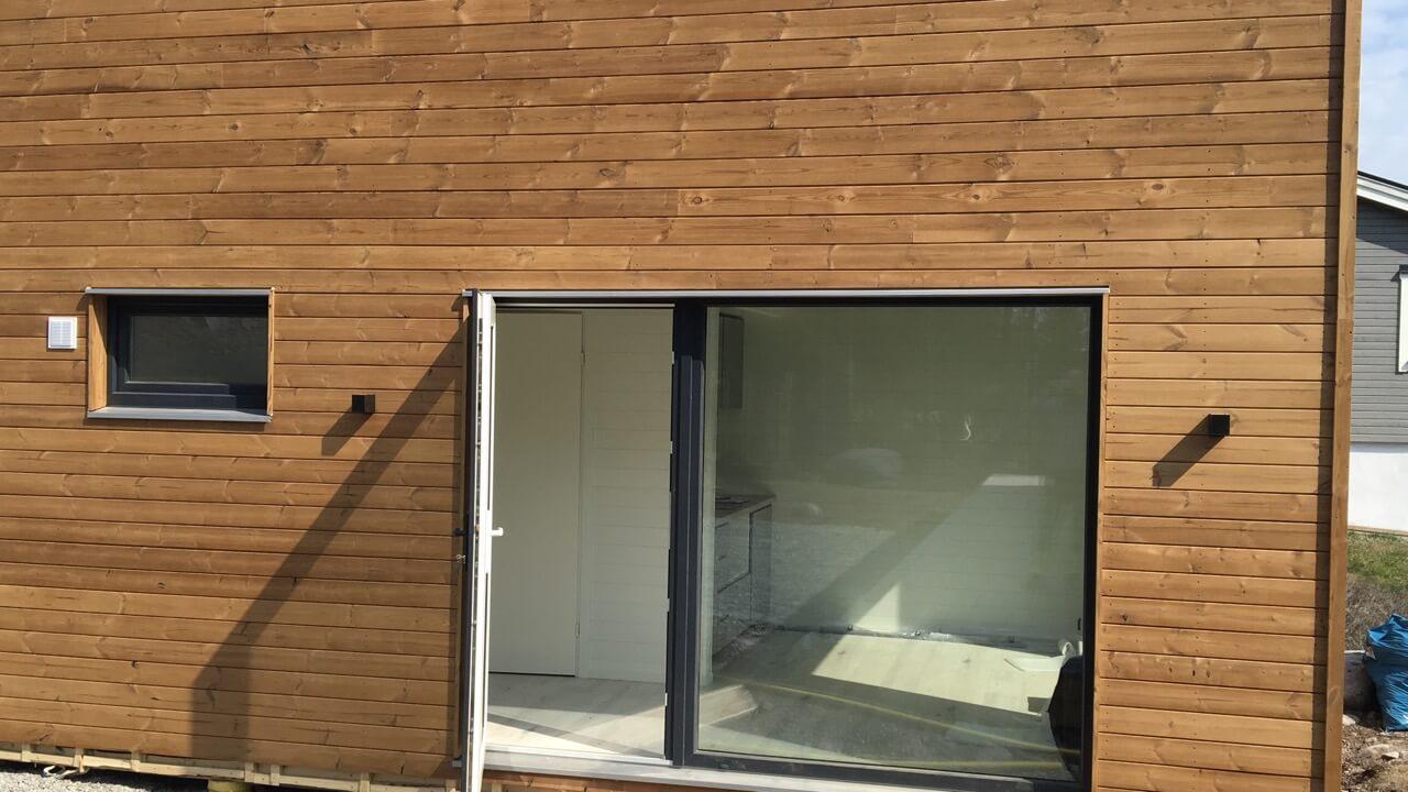 Stort fönster på Attefallshus