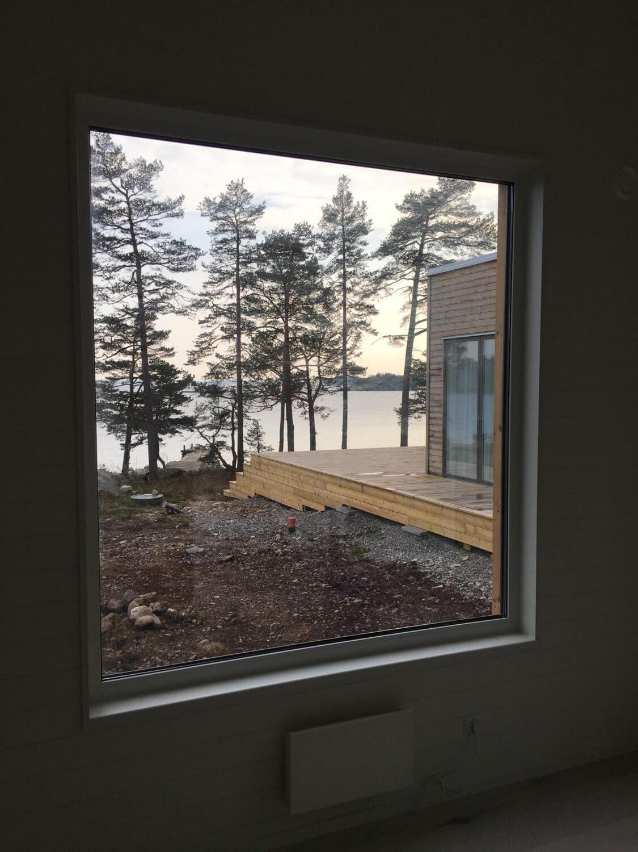 Utsikt över stor veranda Attefallshus