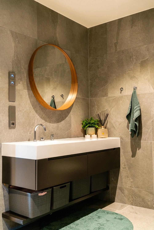 Badrum med stenkakel, tvättställ i Corian och specialdesignad kommod