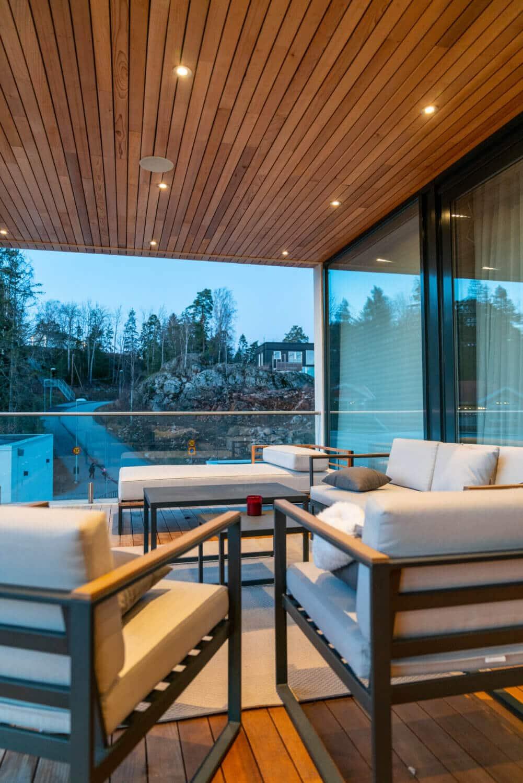 Balkong med cederträdetaljer