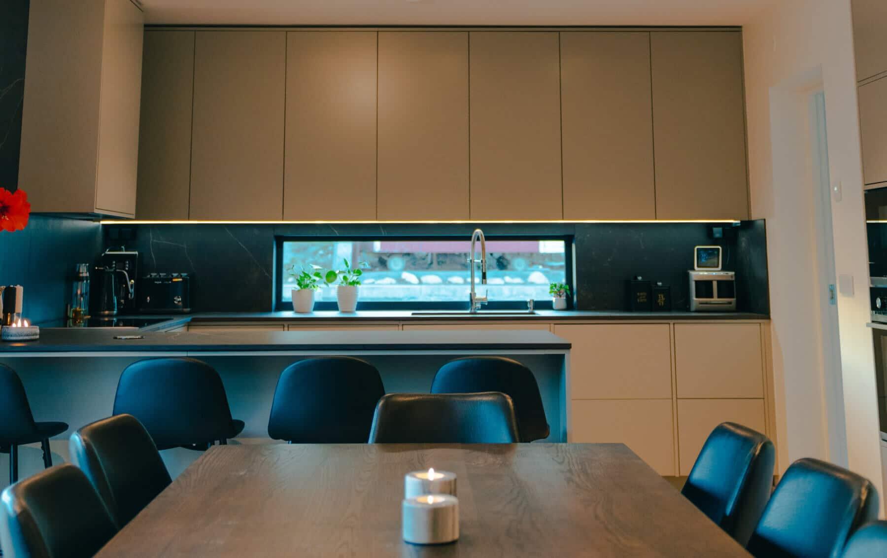 Platsbyggt kök i varmgrå