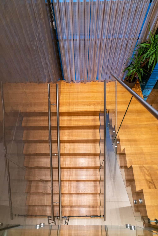 Specialdesignad trappa i ek med glasräcke