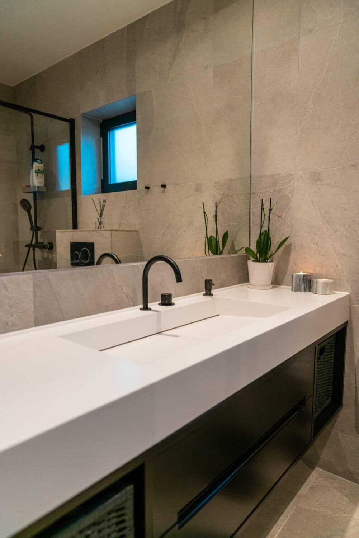 Tvättställ i Corian med specialdesignad kommod
